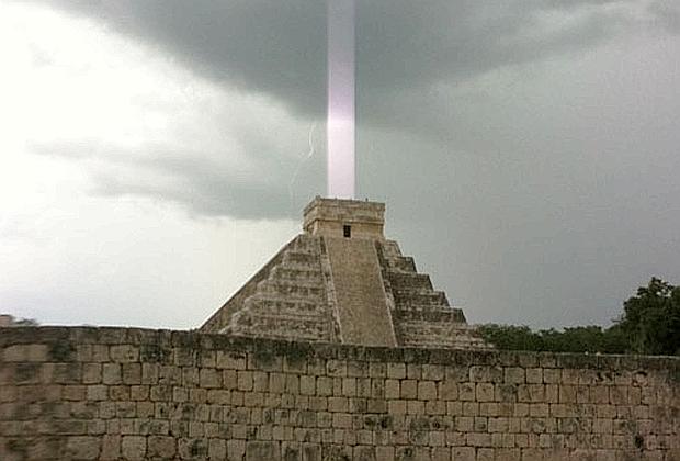 piramide-di-Kukulkán-fascio-di-luce-anomalo2