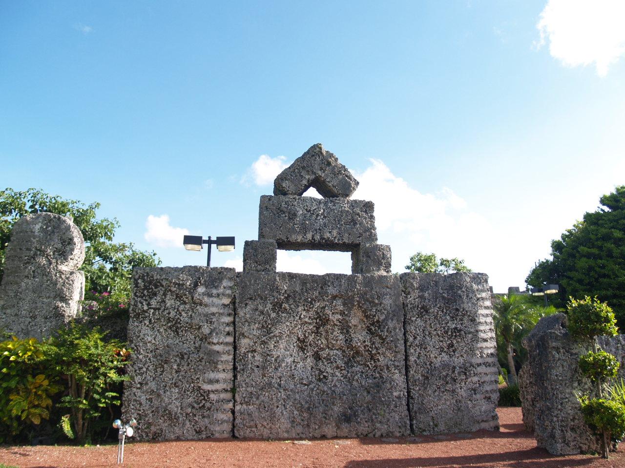 Coral Castle(initaliano:Castello di corallo; nome originale:Rock Gate Park) è una struttura architettonica in pietra calcarea progettata dalloscultoreamatorialelettonenaturalizzatostatunitenseEdward LeedskalninaHomestead, inFlorida. Trasferitosi prima in Europa e poi in America all'età di 30 […]