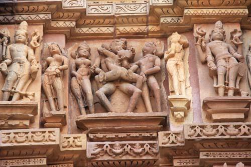 Amplesso-tantrico-su-un-tempio-di-Khajuraho
